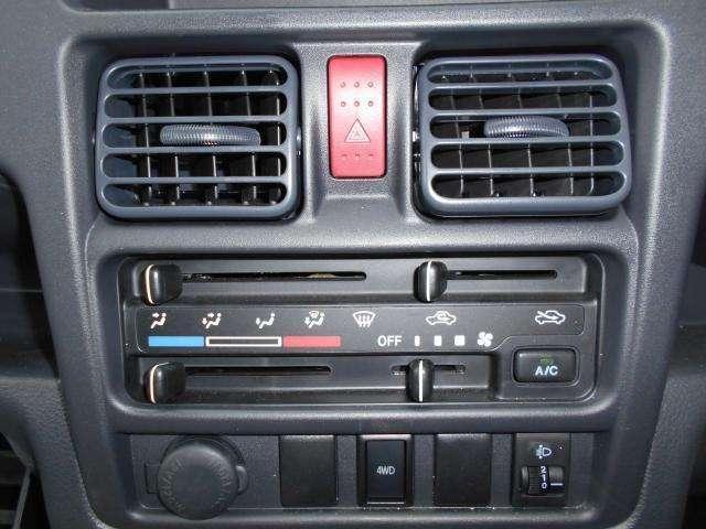 空調スイッチは使いやすい形状です。 エアコンも装備しています。
