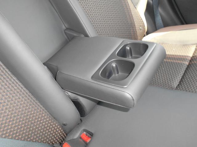 運転席&助手席  運転席にはシートリフター(高さ調整機能)付きなので身長に関係なく運転しやすいポジションがとれます。運転席にはアームレストを装備。