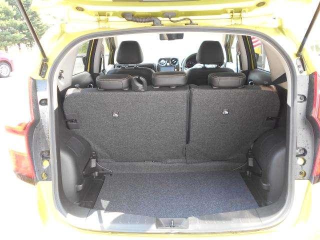 後席の中央部を展開すればアームレスト&カップホルダーになります。