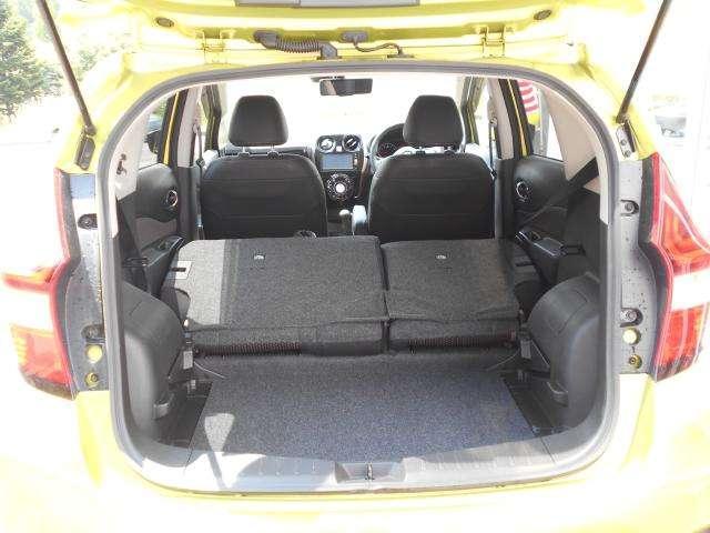 助手席シート後には便利なシートバックポケットを装備。