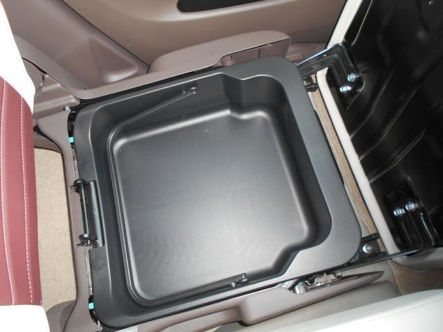 助手席シート下には大きなアンダーボックスを装備。