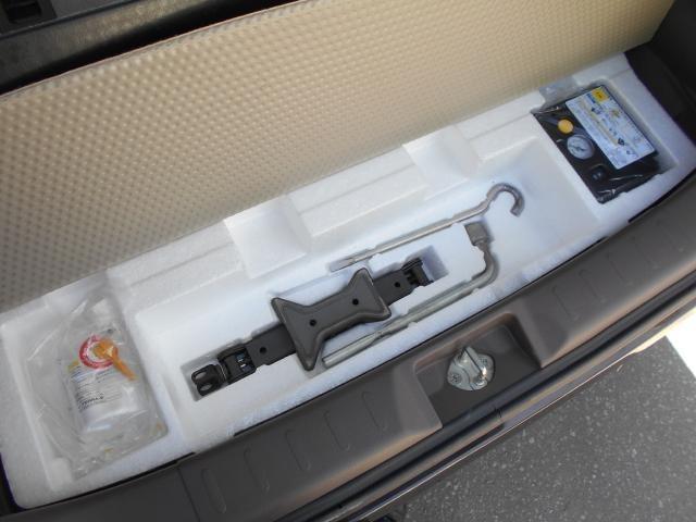 ラゲッジスペース下にはパンク修理キットと工具を装備。