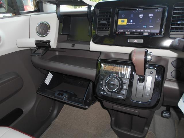 2段式のグローブボックスと収納式のカップホルダー  収納式のカップホルダーは運転席側にも御座います。