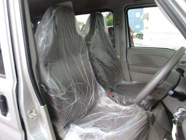 運転席、助手席共に広々とした足元で乗り降りもしやすくなっています!