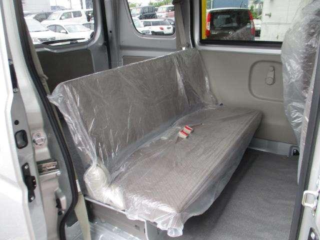後席シート 後席は大きなスライドドアで乗り降り、荷物の積み下ろしがしやすくなっています♪