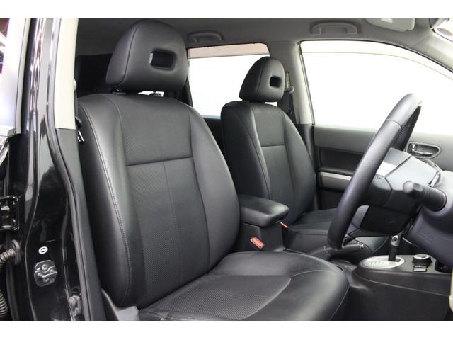 フロントシートはとても座りやすい形で、厚みも十分に有ります。水を弾くシートですので、お掃除も楽々です。