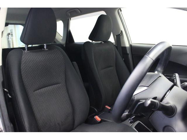 フロントシートはとても座りやすい形で、厚みも十分に有ります。