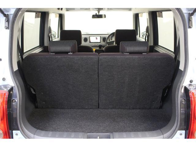 トランク部分はこのままでも十分に広いですが、リアシートを折り畳むと、とても広い荷室が作れます。
