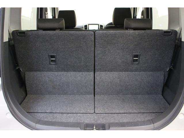 荷室スペースです。リアシートを倒すと更に広いスペースを確保できます。