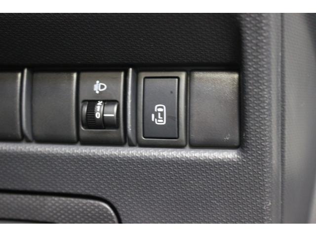 リアの電動ドアは運転席からも操作できます。