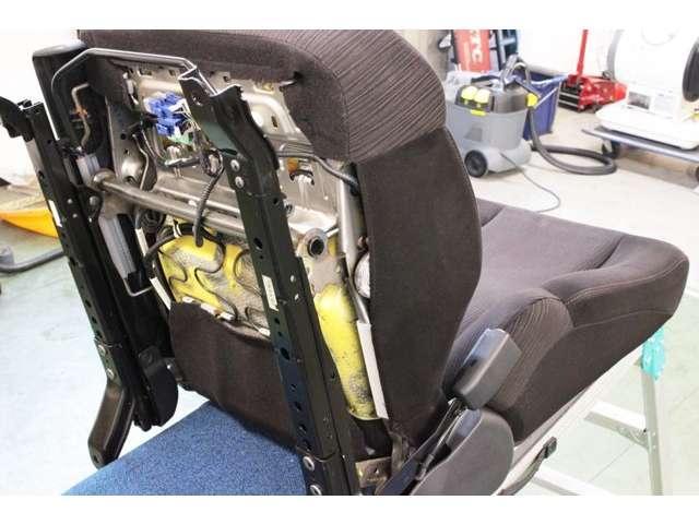 シートの裏側やレール部分までしっかりと清掃致します。