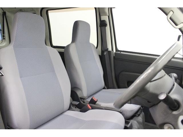 フロントシートはとても座りやすい形で綺麗なシートです。