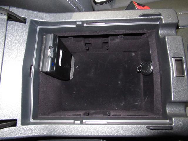 コンソールボックス内にも電源ソケット装備広さも十分あります。