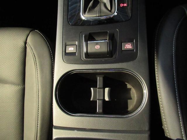 前席カップホルダー運転席、助手席どちらからでも使いやすく、左右間のゆとりも確保する横置きレイアウトを採用しております。