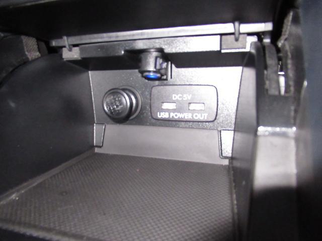 フロント用電源ソケット・USB電源スマホなどの充電にお使いください。