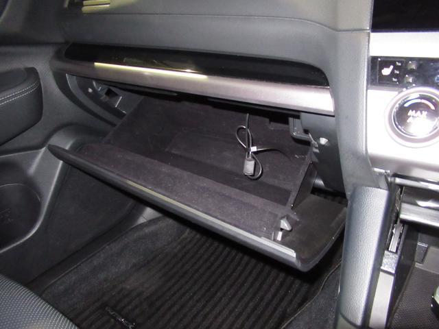 助手席側ダッシュボードの収納です。車検証以外にも様々な収納が可能となります。