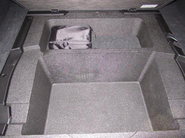 リアトランク奥内の収納&パンク修理キットと非常用工具になります。