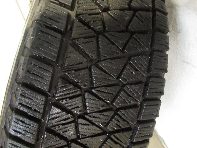 積み込み冬タイヤのトレッドの状態です。2015年製になります。
