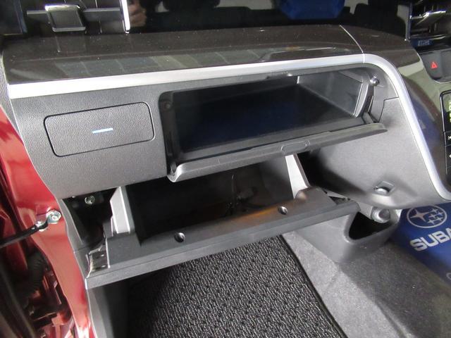 助手席側ダッシュボード(二段式)の収納です。車検証以外にも様々な収納が可能となります。