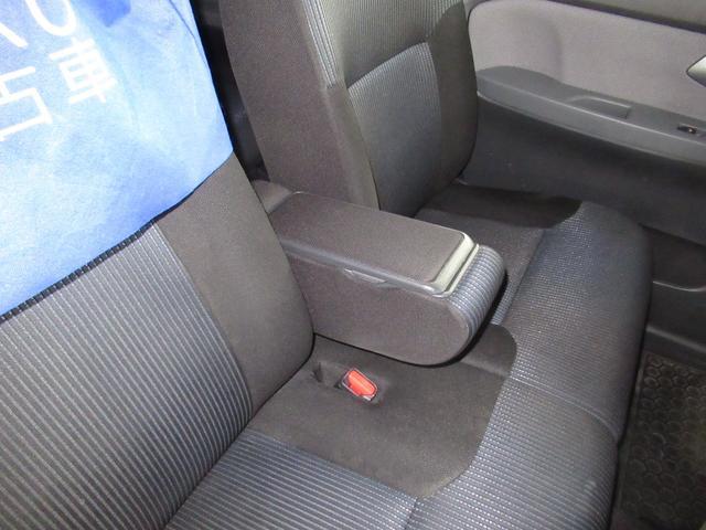 前席センターコンソールです。肘掛けとして利用できるほか、開けると中は収納スペースとなっております。