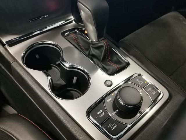 トレイルホーク 限定車 4WD ワンオーナー/禁煙車/ナビ/スマートキー/アダプティブクルーズコントロール/アルパイン製プレミアムサウンドシステム/レザーシート(スエードインサート入り)/パワーリアゲード(10枚目)