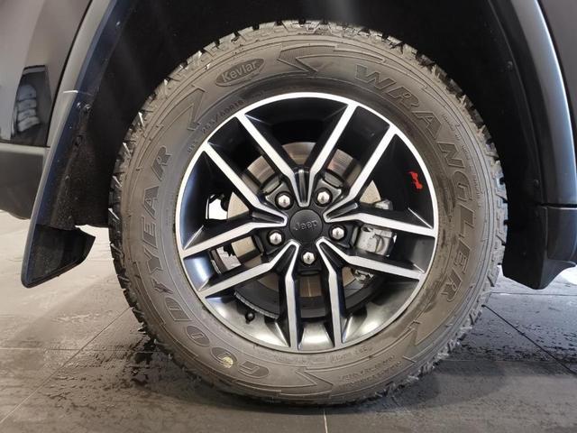 トレイルホーク 限定車 4WD ワンオーナー/禁煙車/ナビ/スマートキー/アダプティブクルーズコントロール/アルパイン製プレミアムサウンドシステム/レザーシート(スエードインサート入り)/パワーリアゲード(19枚目)