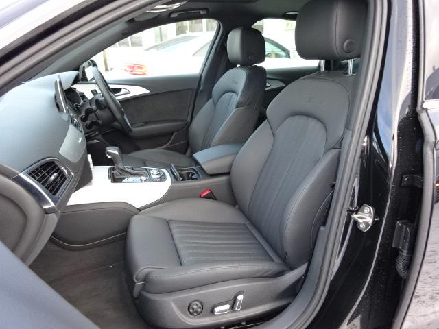 ホールド性の高いスポーツシート、シートサイドボルスターはコーナリングの際、身体をしっかりサポートする形状に。運転席のシートの高さ・前後スライド・アングル・リクライニングの調整は電動調整式。