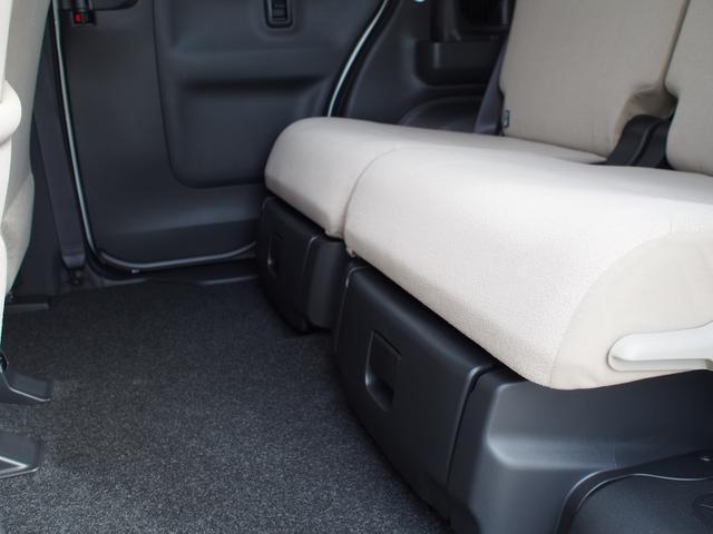 後席の座面下には、通称「置きラクボックス」がついています。