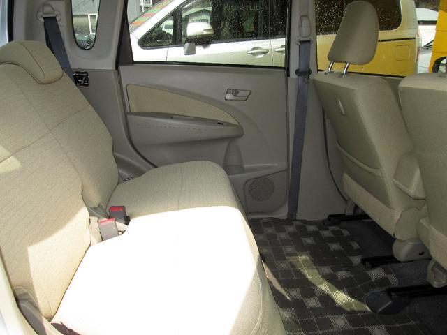 セカンドシートの足元はとても広々!!長距離ドライブも苦になりませんね♪