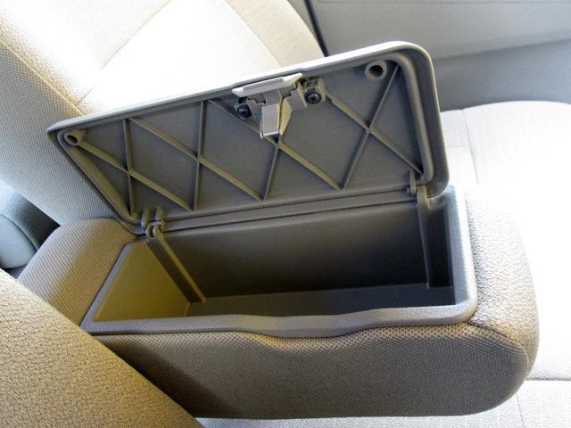フロントシートにはひじ掛けに小物入れが装備☆