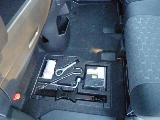 車載工具類は助手席足元に収納されています。