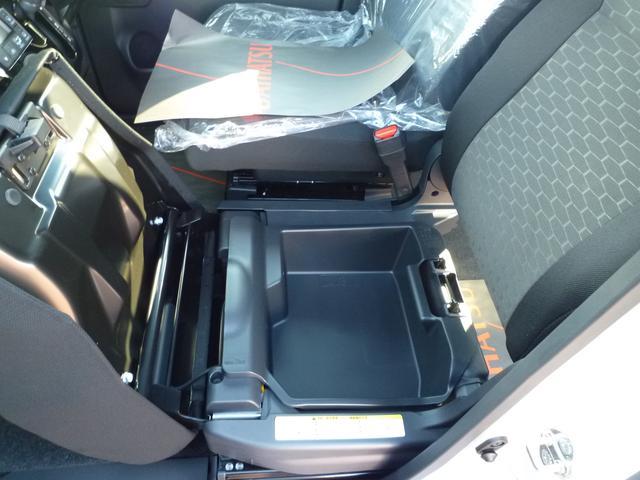 助手席の座面下には大容量の収納スペースがあります。