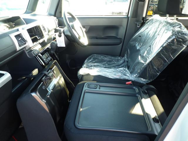 助手席は背もたれを倒すとテーブルとして使えます。ドライブ中の休憩のときに便利ですね。