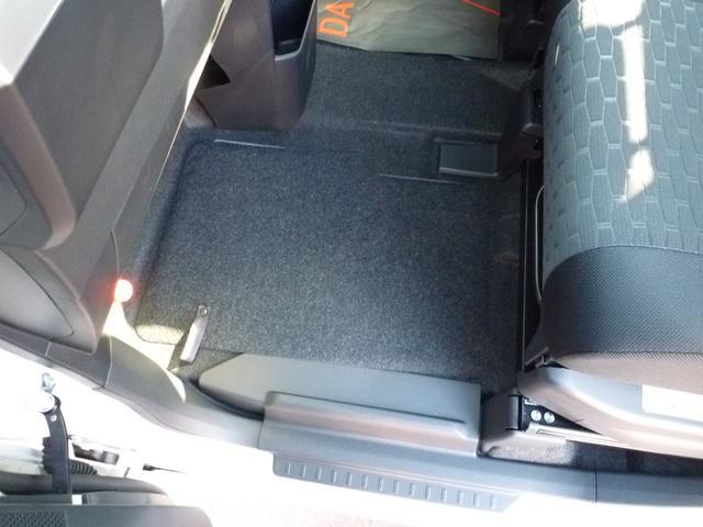 助手席の足元には車載工具類が収納されています。