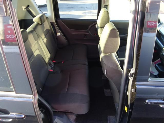 助手席と運転席のあいだに隙間がありますので後部座席と行き来が可能です!