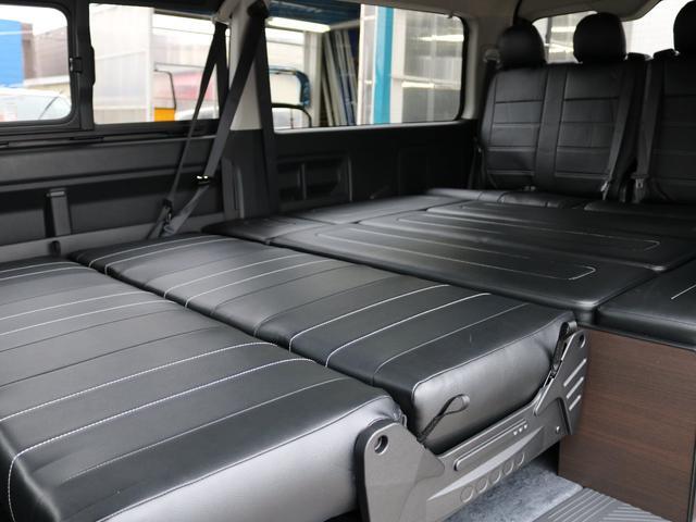 2列目三人掛けシートを倒せば、ベッドマットと4列目座席まで全体がフラットになります!家族全員で寝られる車中泊空間です!