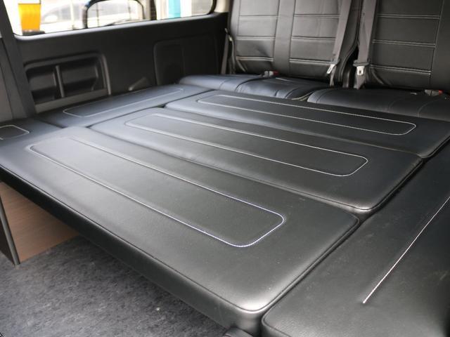 特設の1人掛け3列目座席とベッドマットが組み合わさっております。