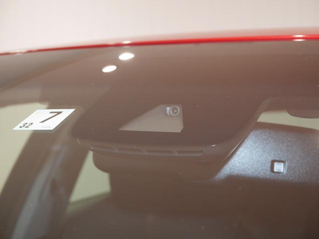 """単眼カメラとレーダーで前方の安全を見守り、衝突の回避や被害の軽減をサポートする先進安全機能""""トヨタセーフティセンス"""""""