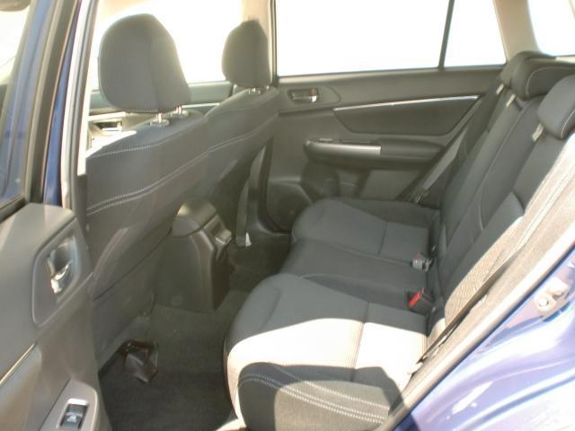 リアシートには中央に肘掛が有り、ゆったりとくつろげる空間になっております。