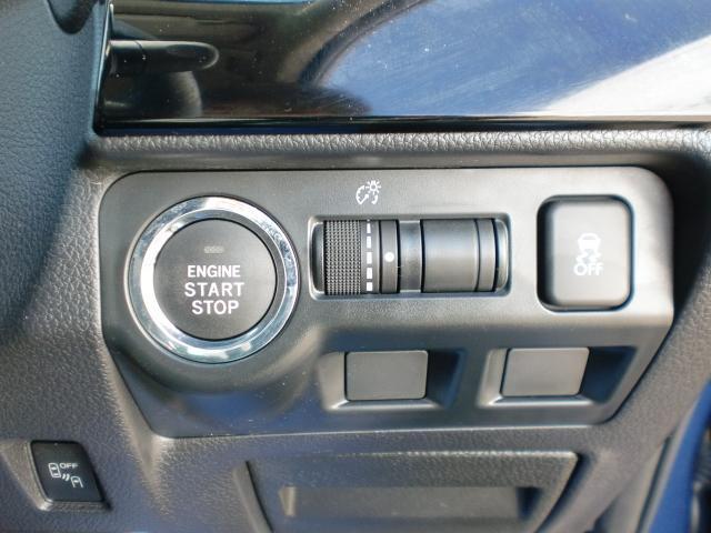 ハンドル右下スイッチです。プッシュスタート式。スタートボタンを含め横滑り防止OFFスイッチ、メーターの光度調整ダイヤル等集約により使い勝手が良いです。