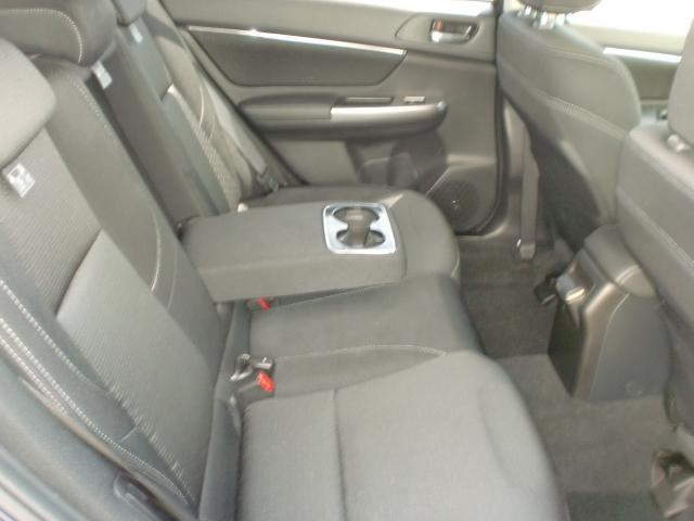 後部座席は肘掛が有りゆったりとくつろげる空間になっております。