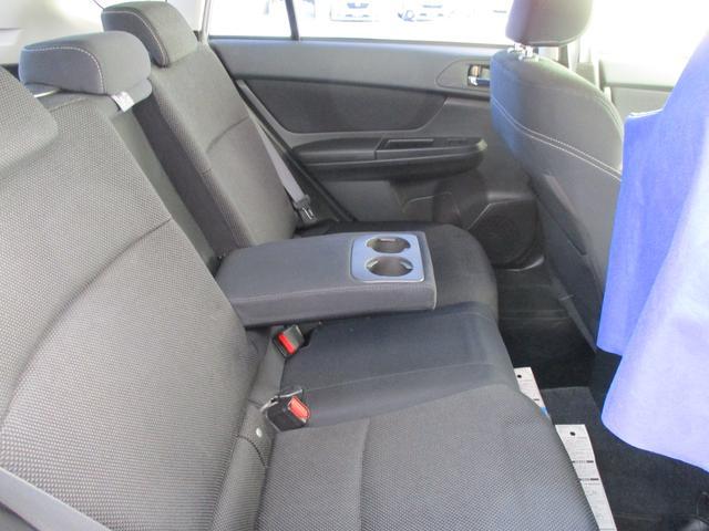リヤシート中央のアームレストにはカップホルダーをご用意しております!