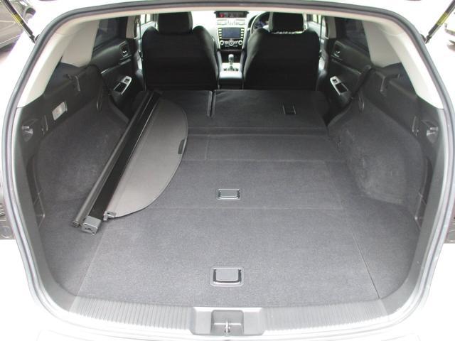 内装画像:シートを畳めばカーゴスペースも確保できます!!