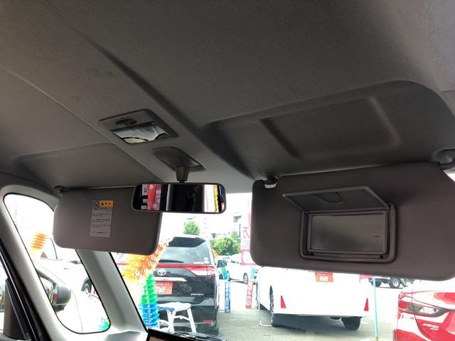 サイドバイザー裏のバニティミラーは運転席にのみ装着されています。
