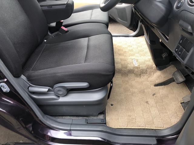 車内で一番酷使される(汚れる)運転席足元。大きな破れや汚れのない綺麗な状態です