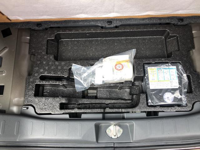 車載工具や応急パンク修理キットはここにあります。リヤラゲッジ下部です