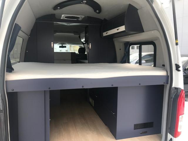 常設ベッドをバックドアから見ると、下部はかなりの容量の荷物を置けますし、上部も天井まで800mmの高さでゆったりしたスペースが確保できてます。また上質の収納スペースも装備されています。