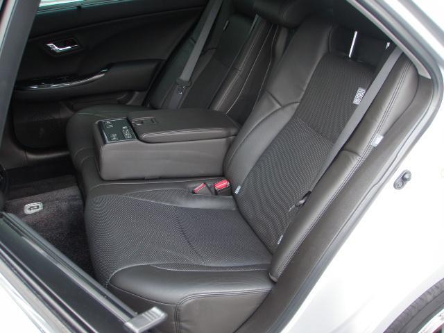 12エアバッグ!電動リアシェード!リア左右ドアシェード付き!2列目ひじ掛けからオーディオコントロールやパワーシートの操作が可能です♪オートチルトハンドル&オートパワーシート!オートワイパー付き!