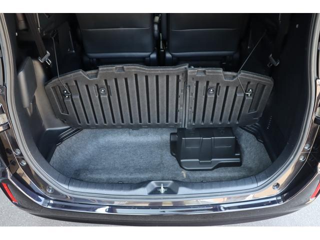 ハイブリッド車には6:4の分割式デッキボード付きです♪床下に大容量の収納が有りますので高さのあるゴルフバックやスーツケースはもちろんの事、レジャー用品や季節用品・災害用品などの保管にも便利です♪