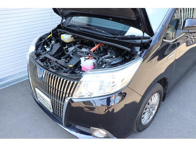 走行状況に応じて最適化されるハイブリッドシステム。停車時はアイドリングストップ。スタート時はモーターで発進。加速時はエンジンに加えバッテリーからもパワーを供給。減速時にはバッテリーに充電します。